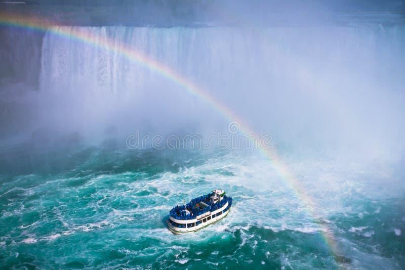 Vista dramática de um barco que aproxima Niagara Falls imagens de stock royalty free