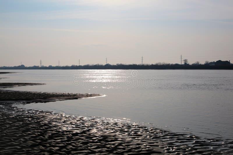Vista dramática del río con la niebla la visión desde la arena fotografía de archivo