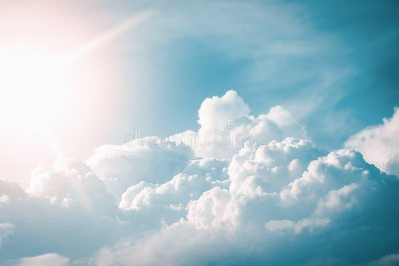 Vista dramática do céu com nuvens e o sol antes de um temporal foto de stock