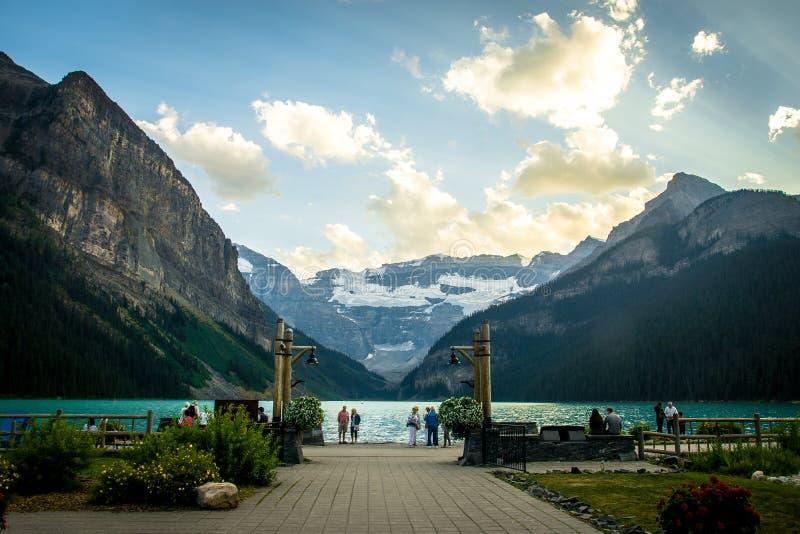 Vista dramática do castelo Lake Louise que conduz nas montanhas no parque nacional de Banff foto de stock