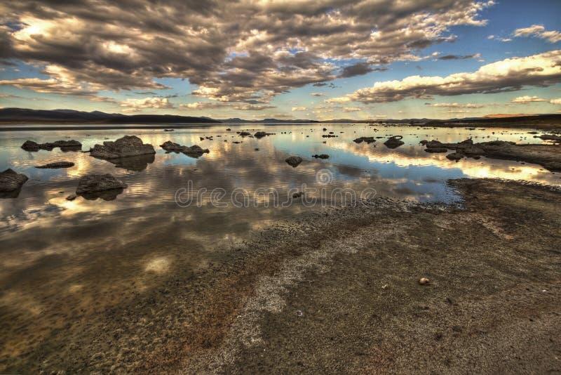 Vista dramática no mono lago em Califórnia, EUA, imagem de HDR foto de stock