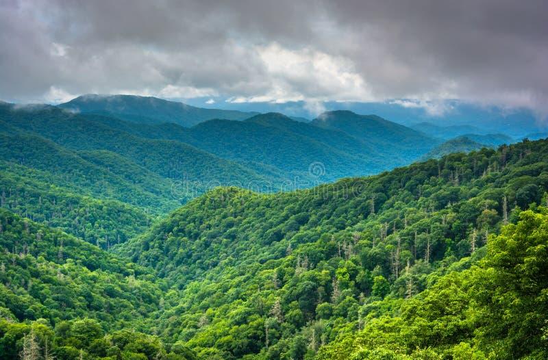 Vista drammatica delle montagne appalachiane da nuovo Gap Roa immagini stock libere da diritti