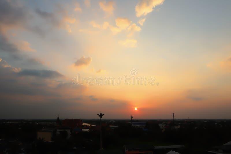 Vista drammatica di panorama dell'atmosfera di bei cielo e nuvole crepuscolari tropicali immagine stock