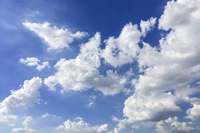 Vista drammatica di panorama dell'atmosfera di bello cielo di estate immagine stock libera da diritti