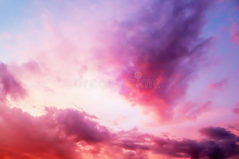 Vista drammatica di panorama dell'atmosfera del cielo crepuscolare di fantasia variopinta immagini stock