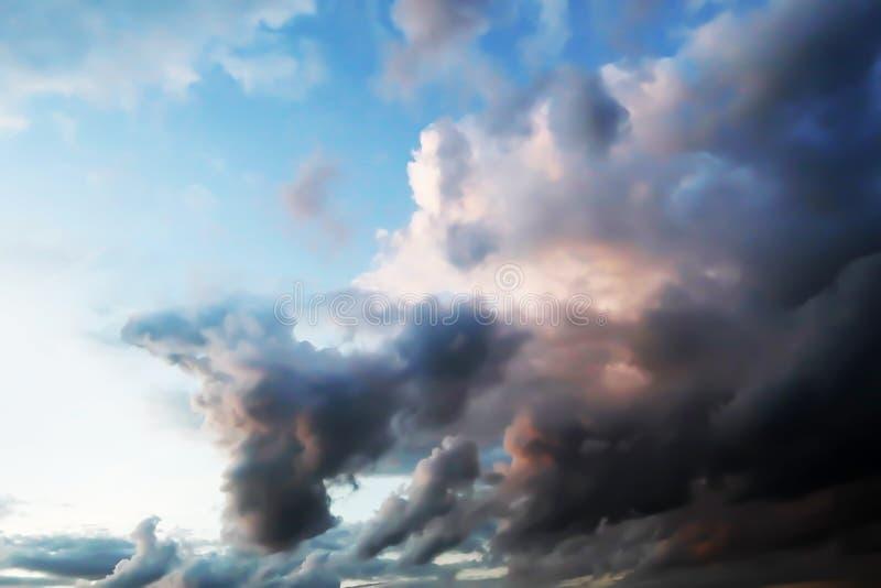 Vista drammatica di panorama dell'atmosfera del cielo tropicale crepuscolare di estate di fantasia fotografia stock