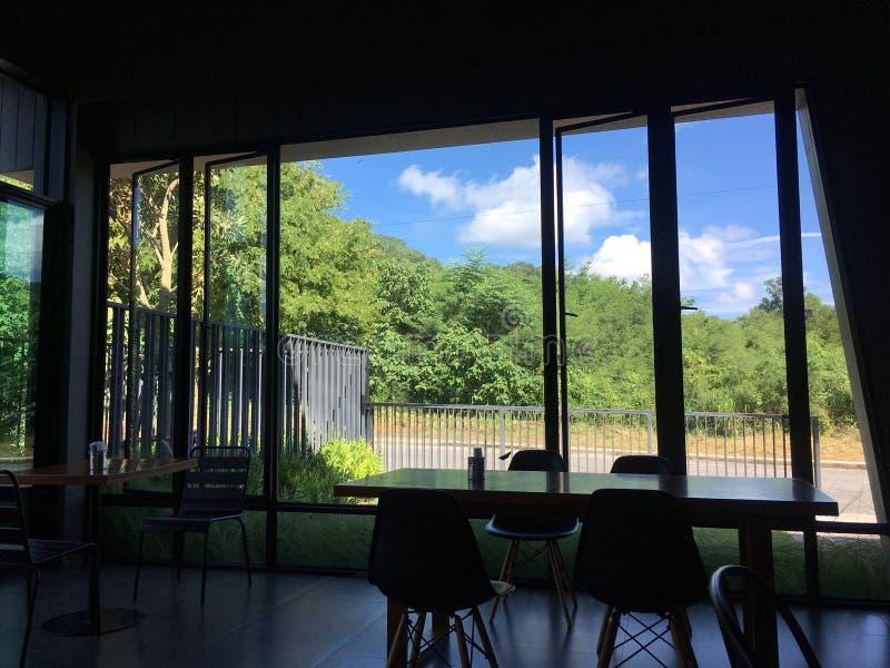 Vista e cielo della natura dall'interno della casa immagini stock