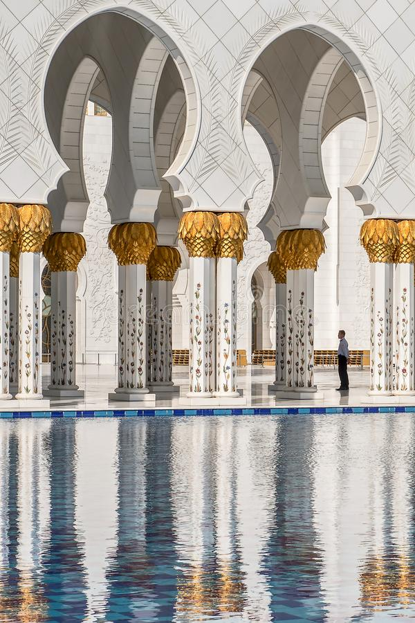 Vista e riflessione delle gallerie in Sheikh Zayed Grand Mosque L'Abu Dhabi I UAE immagine stock