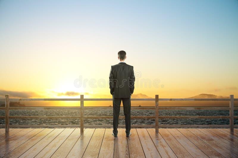 Vista ed uomo d'affari di tramonto fotografia stock libera da diritti