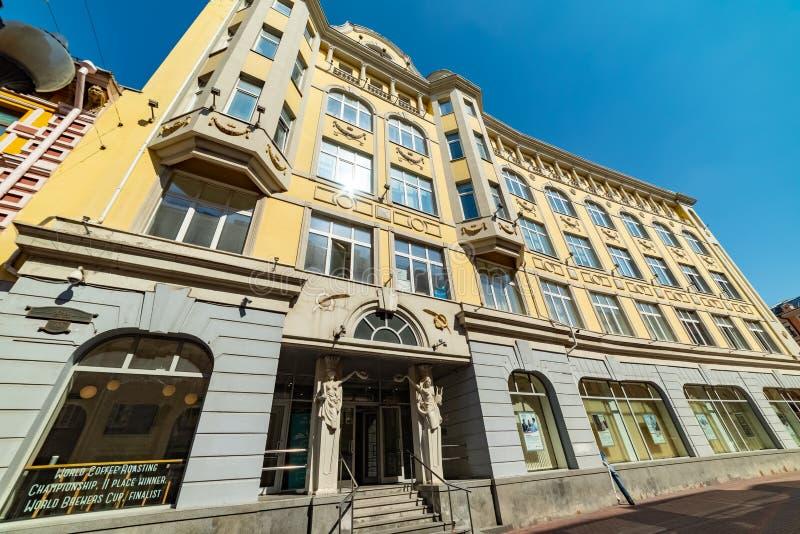 Vista el edificio de la construcción moderna — centro comercial 'calle vieja ' Arbat es una de las calles más viejas de Moscú fotografía de archivo