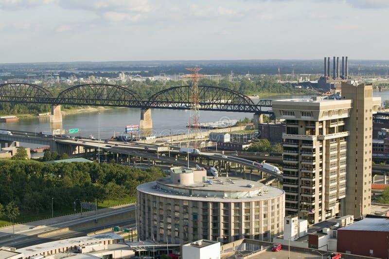 Vista elevada de la carretera de la autopista 55 y del puente de MacArther sobre Mississippi en St. Louis, Missouri fotografía de archivo