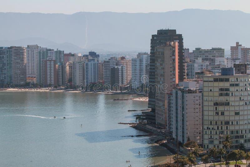 Vista elevada de la línea de la playa espectacular en el sao Vicente Brazil foto de archivo