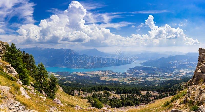 Vista elevada del lago Serre-Poncon en verano de la aguja de Chabriere Montañas, Francia fotografía de archivo libre de regalías