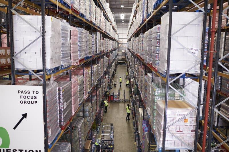 Vista elevada del pasillo entre las unidades de almacenamiento en un almacén imagen de archivo libre de regalías