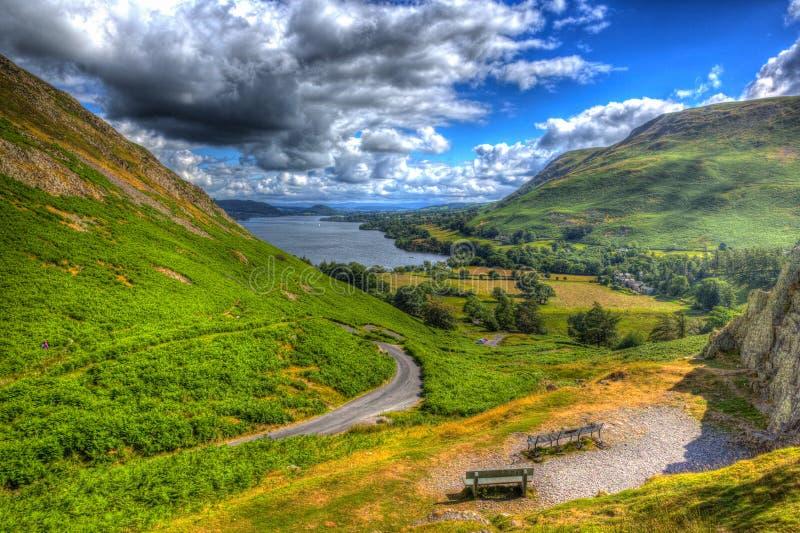 A vista elevado do distrito Cumbria Inglaterra Reino Unido do lago Ullswater de Hallin caiu no verão como a pintura em HDR fotografia de stock royalty free