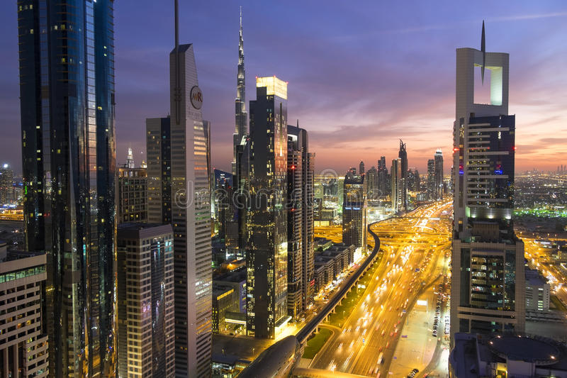 Vista elevado no crepúsculo sobre Dubai & Sheikh Zayed Road foto de stock royalty free