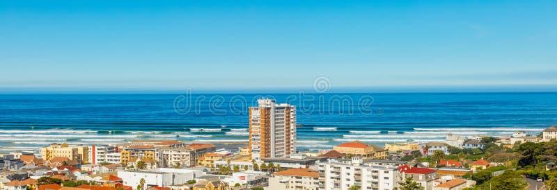 Vista elevado panorâmico da praia de Muizenberg na baía falsa Cape Town imagens de stock royalty free