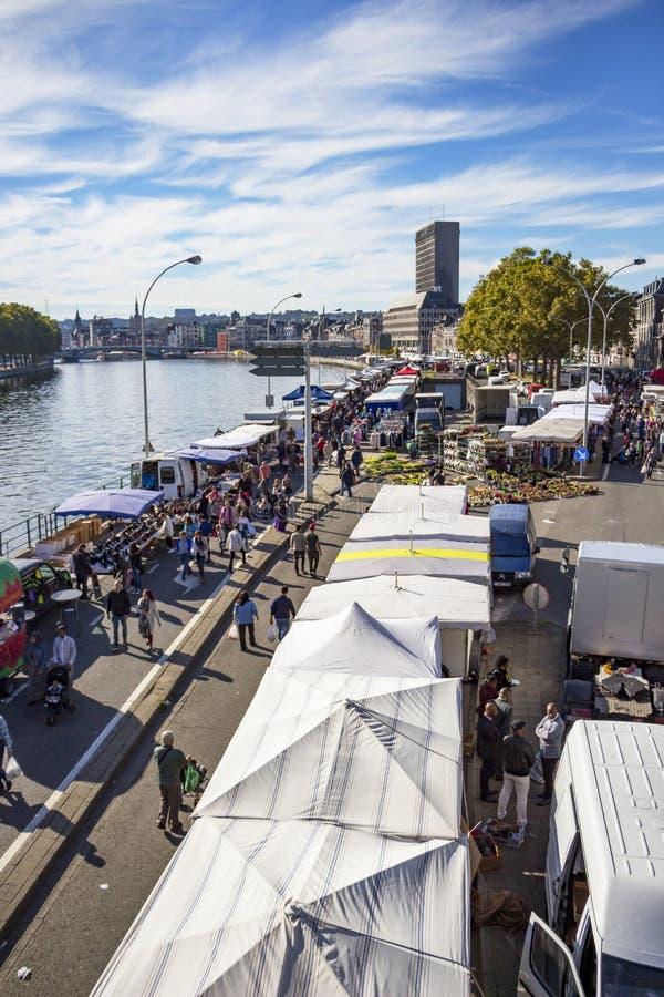 Vista elevata al mercato di domenica Batte lungo il fiume Meuse a Liegi, Belgio immagini stock