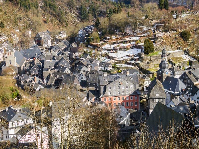 Vista elevata alla bella città di Monschau, Germania con le sue vecchie costruzioni immagine stock libera da diritti