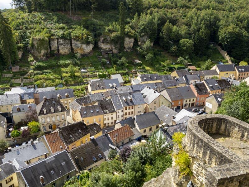 Vista elevata alla città di Larochette, campi o di Fels a Lussemburgo fotografia stock