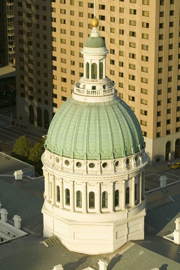 Vista elevata della cupola del san Louis Historical Old Courthouse, dell'architettura federale di stile costruito nel 1826 e del  fotografia stock