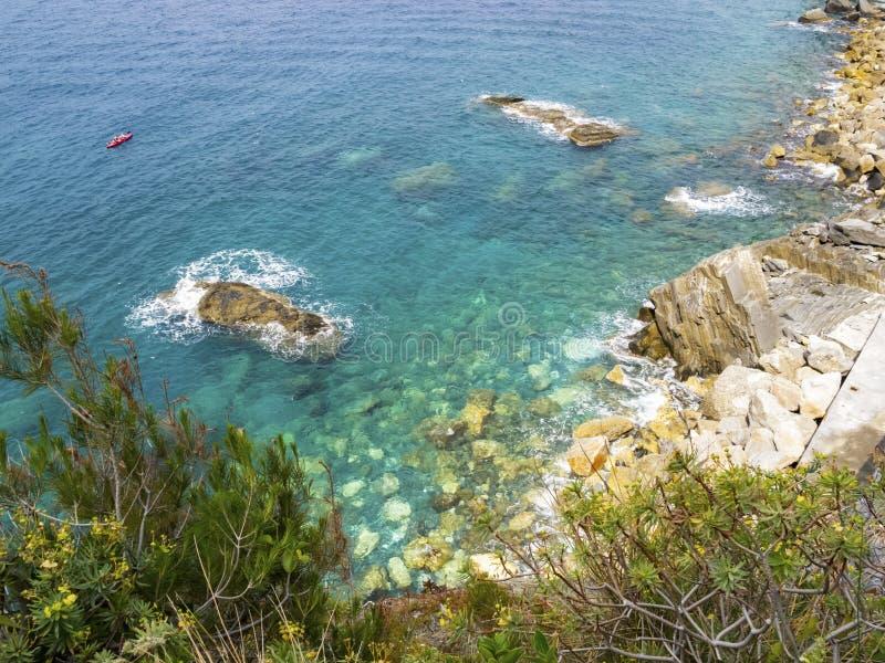 Vista elevata della linea costiera di Cinque Terre National Park Mediterranean Sea immagine stock libera da diritti