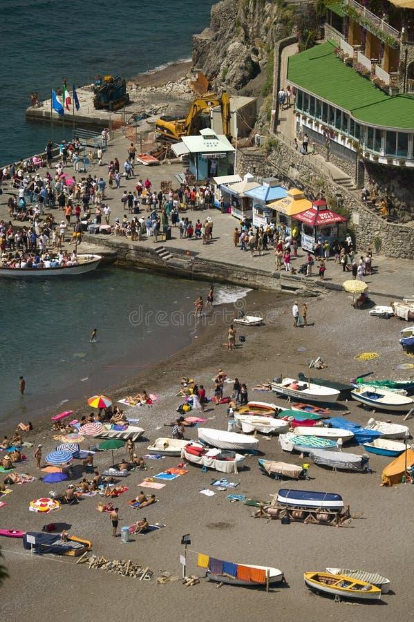 Vista elevata della parte anteriore dell'acqua di Amalfi, una città nella provincia di Salerno, nella regione di campania, l'Ital fotografia stock libera da diritti