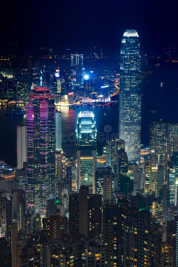 Vista elevata della scena di notte del porto di Hong Kong Victoria fotografia stock libera da diritti