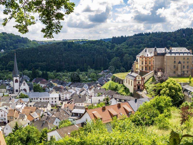 Vista elevata a Malberg in Renania Palatinato, in Germania ed il castello di Malberg alla destra immagini stock libere da diritti
