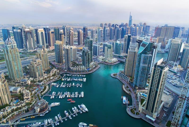 Vista em arranha-céus do porto de Dubai e no porto o mais luxuoso do superyacht, Dubai, Emiratos Árabes Unidos fotos de stock royalty free
