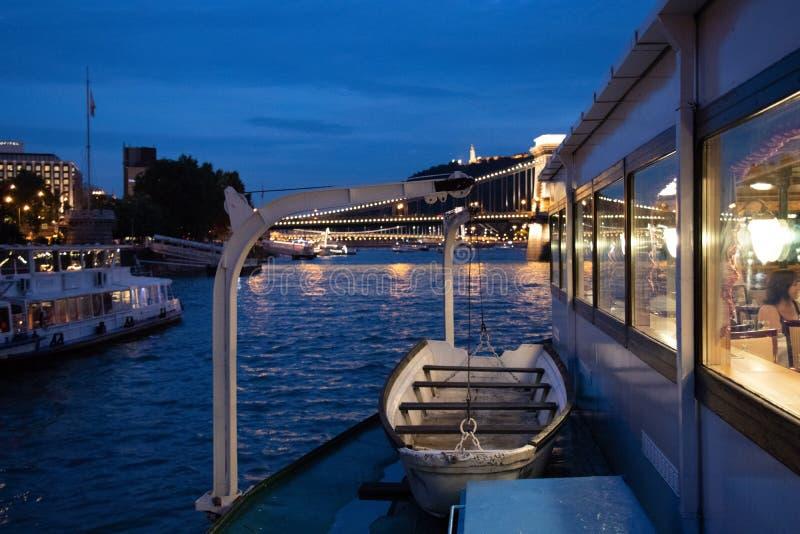 Vista em Buda Castle e na ponte Chain e panorama de Danube River em Budapest na hora azul imagens de stock