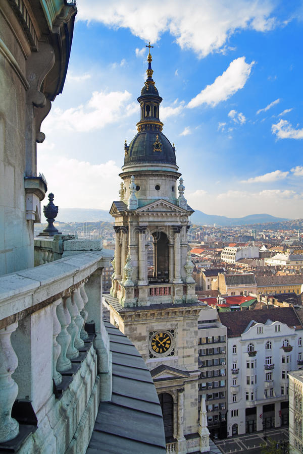 Vista em Budapest e em sino-torre fotos de stock royalty free