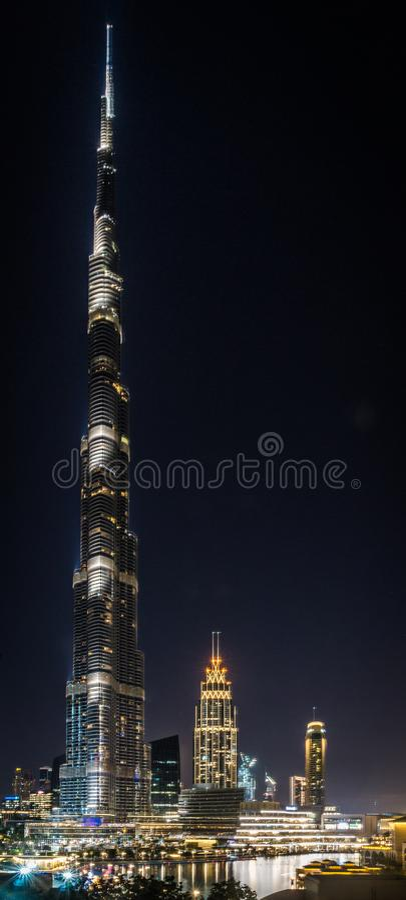Vista em Burj iluminado Khalifa na noite fotos de stock royalty free