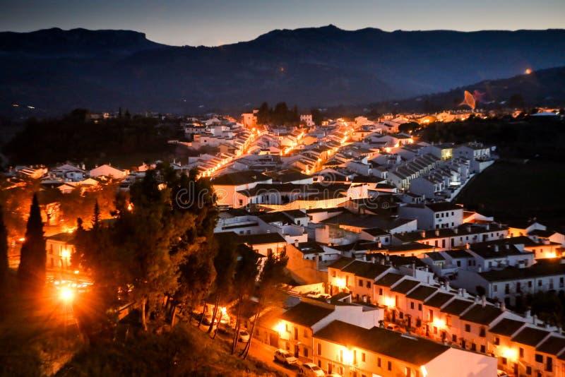 Vista em cima da cidade de Ronda na noite fotos de stock