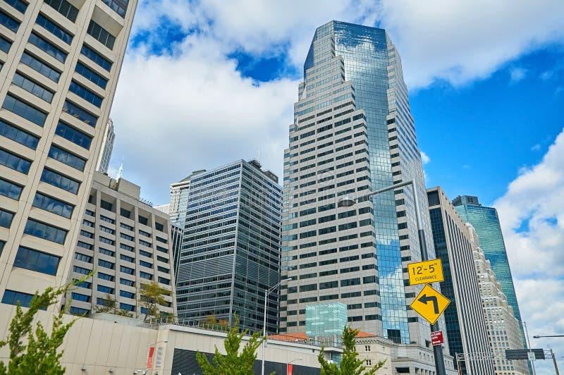 Vista em construções dos skyscrappers de New York City Manhattan com escritórios, hotéis e apartamentos Archit tradicional do esc imagem de stock