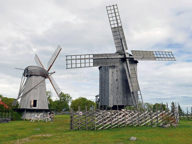 Vista em direção à Coleção de moinhos de vento antigos em Angla Windmill Hill num dia ensolarado com céu azul e nuvens em Saarema imagem de stock royalty free