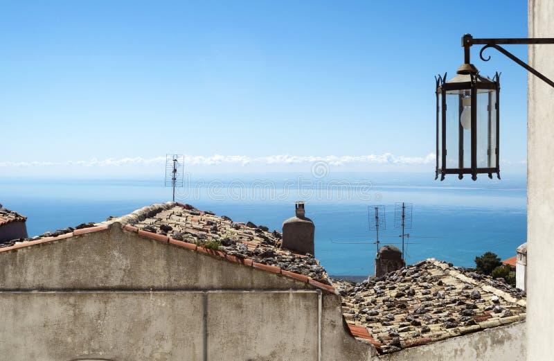 A vista em Gargano coloriu ruas foto de stock