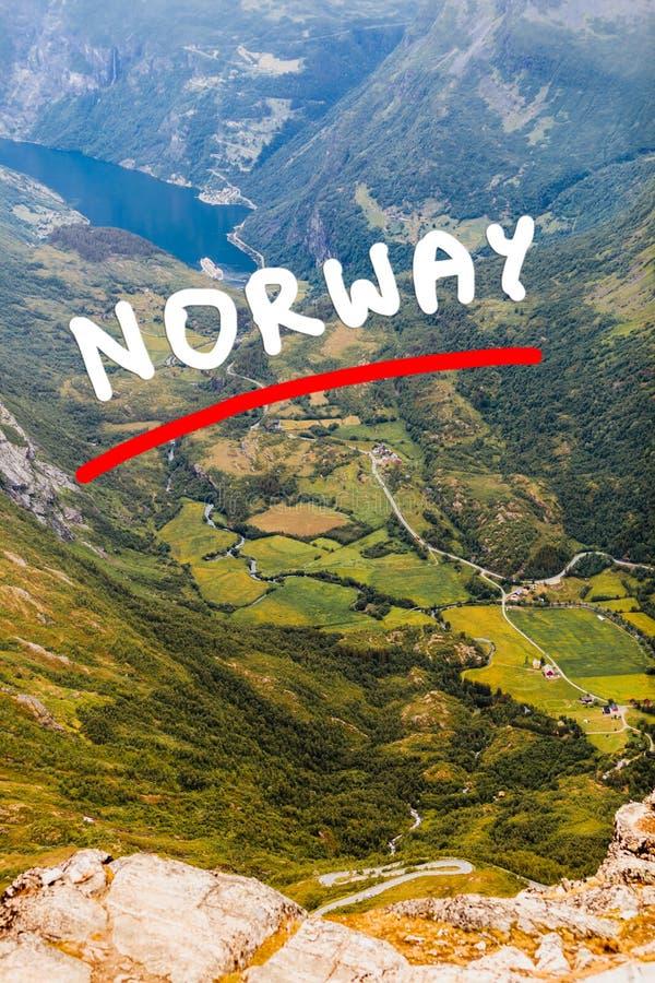 Vista em Geirangerfjord do ponto de vista de Dalsnibba em Noruega imagem de stock