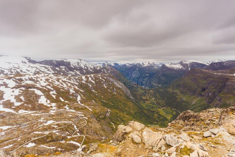 Vista em Geirangerfjord do ponto de vista de Dalsnibba em Noruega foto de stock royalty free
