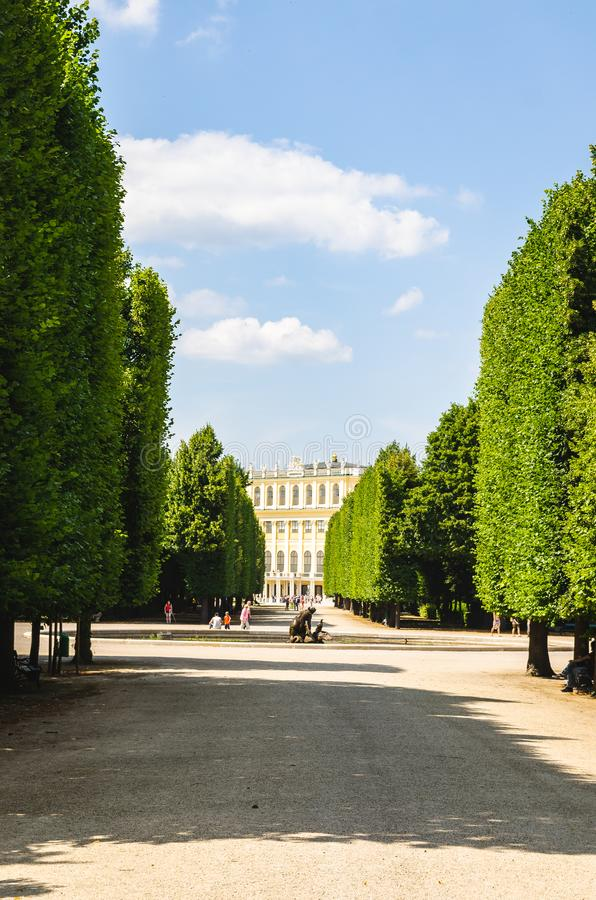Vista em jardins do UNESCO do pal?cio de Schonbrunn em Viena ?ustria foto de stock