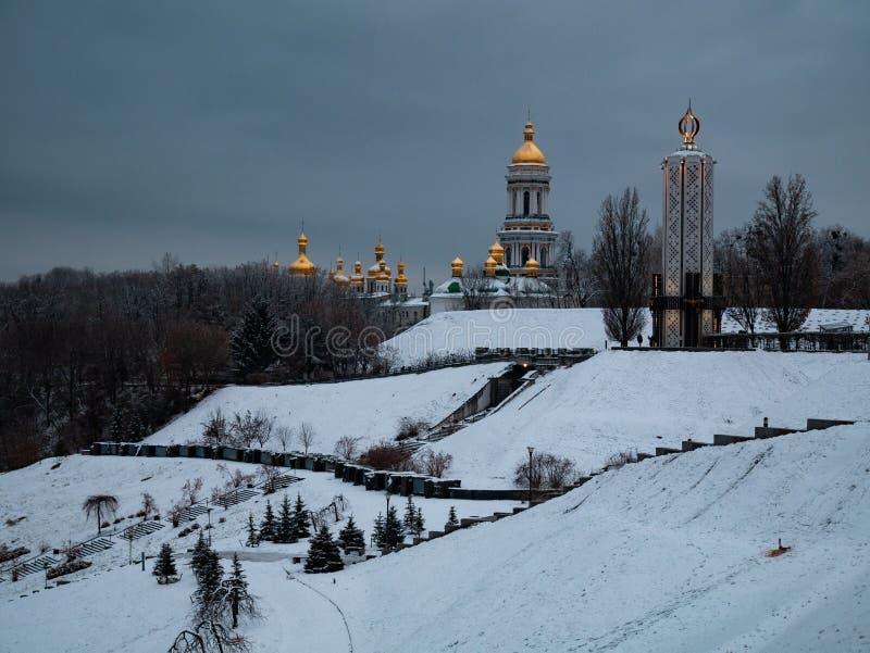 Vista em Kyiv Pechersk Lavra Monastery e em memorial do monumento de Holodomor em Ucrânia imagens de stock