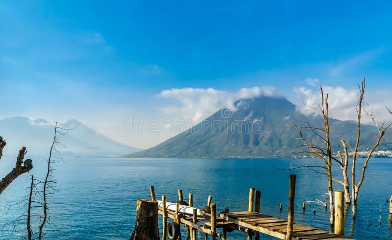 Vista em Lago Atilan e em Volcano San Pedro na Guatemala fotos de stock royalty free