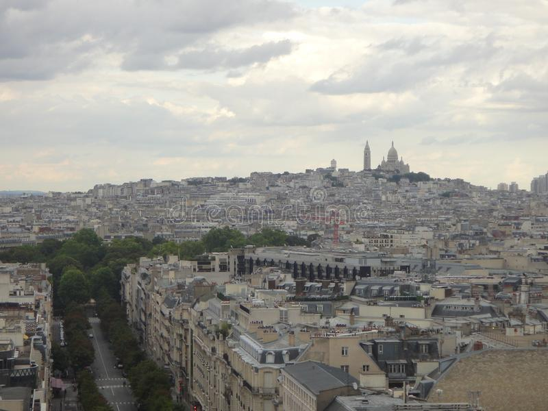 Vista em Paris de Arc de Triomphe Avenida Champs-Elysees na parte dianteira fotografia de stock
