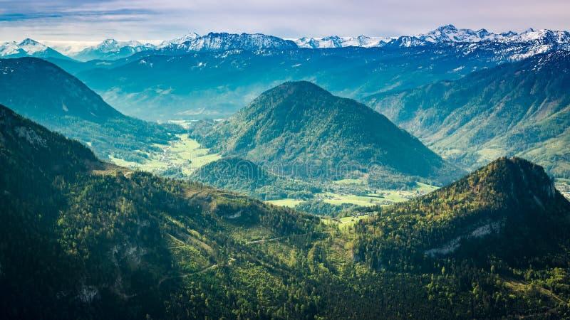 Vista em picos de montanha do vencido, cumes foto de stock