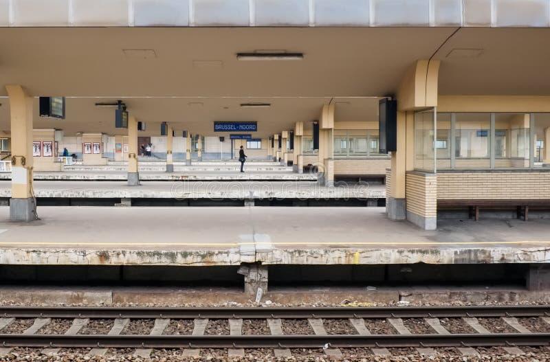 Vista em plataformas vazias do estação de caminhos de ferro Gare du Nord, em Bruxelas, Bélgica fotos de stock