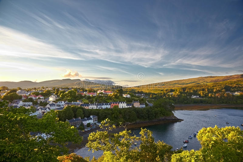 Vista em Portree, ilha de Skye, Scotland fotos de stock royalty free