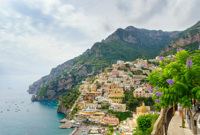 Vista em Positano na costa de Amalfi com céu nebuloso, Campania, Itália fotos de stock