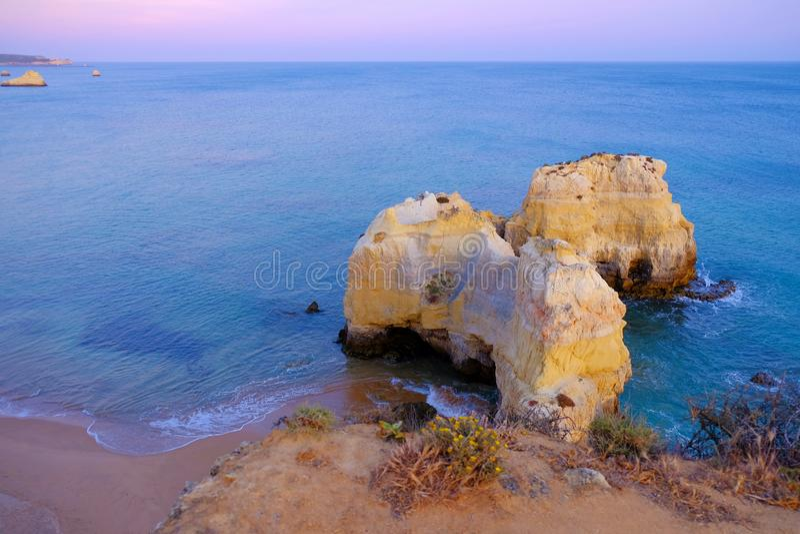Vista em Praia de Rocha em Portimao, o Algarve, Portugal fotografia de stock royalty free