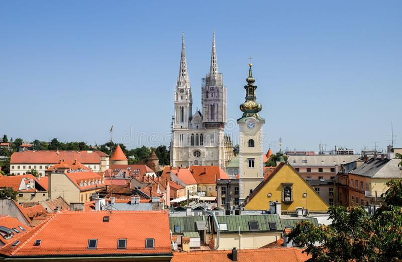 Vista em Roman Catholic Zagreb Cathedral e na cidade velha da capital croata fotografia de stock royalty free
