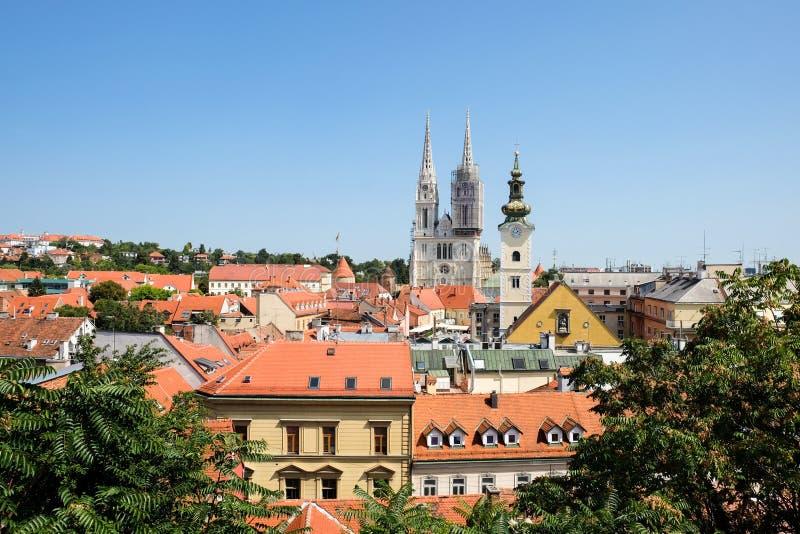 Vista em Roman Catholic Zagreb Cathedral e na cidade velha da capital croata fotos de stock